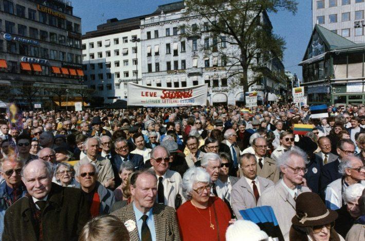 Esmaspäevamiitingud Norrmalmstorgil. Foto: Rootsi Eestlaste Liidu arhiiv.