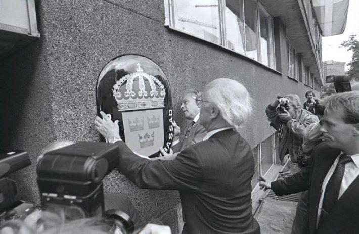 Vapikilbi asetas saatkonna seinale välisminister Lennart Meri. Foto: Rahvusarhiiv.